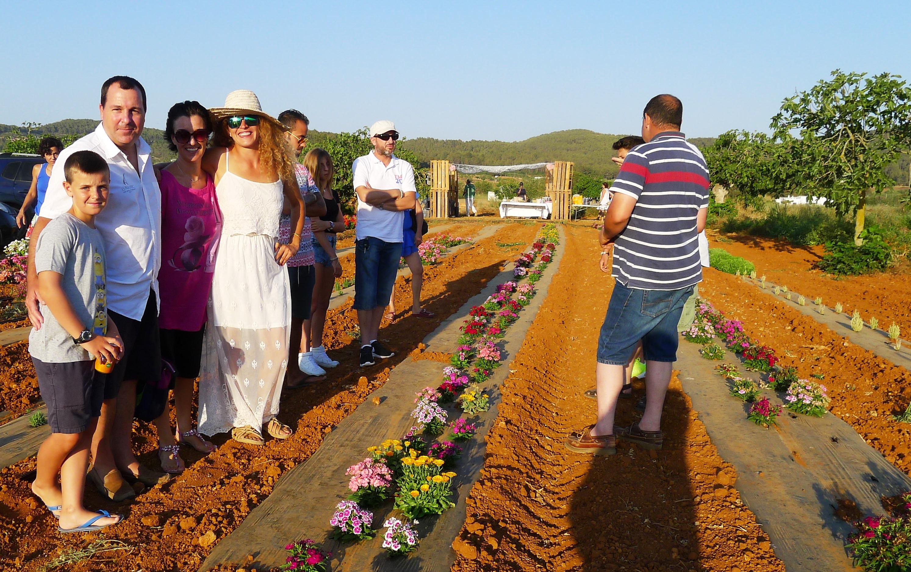 Isabel Castillo en plantación flores Ibiza